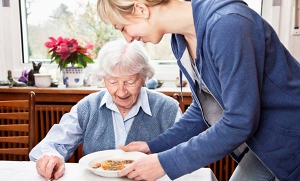 Как можно оформить уход за старым человеком